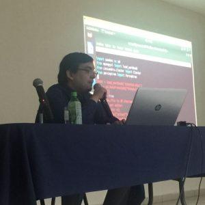 El Prof. Arévalo haciendo una demostración en vivo.